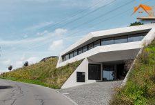 طرح ساختمان ویلایی دو طبقه روی سطح شیبدار در بافت طبیعی